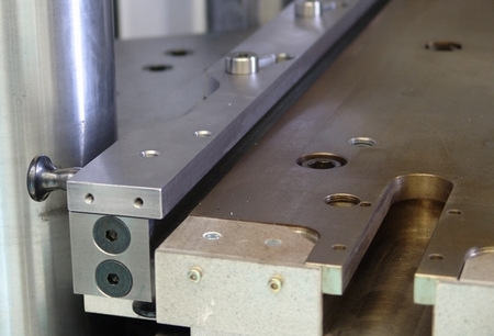 Quick-latch system on ejectors|for rubber injection press